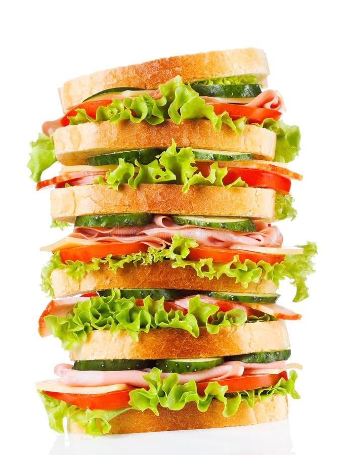 Großes Sandwich mit Speck und Gemüse lizenzfreie stockfotos