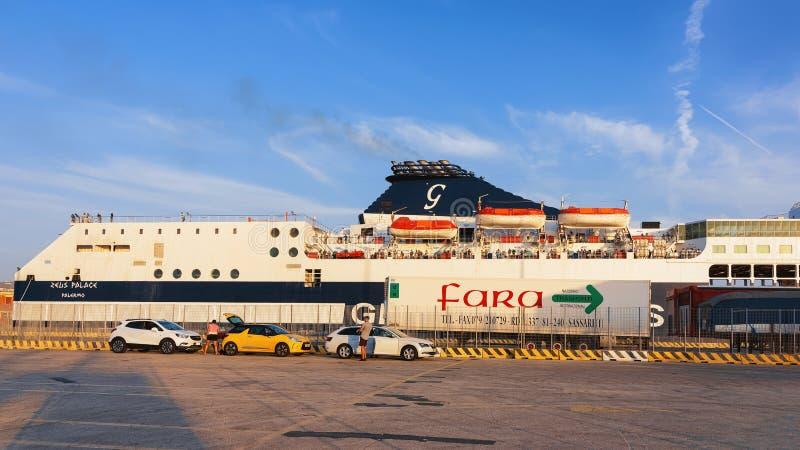 Großes Schiff am Mittelmeer-Hafen von Civitavecchia Italien lizenzfreies stockfoto