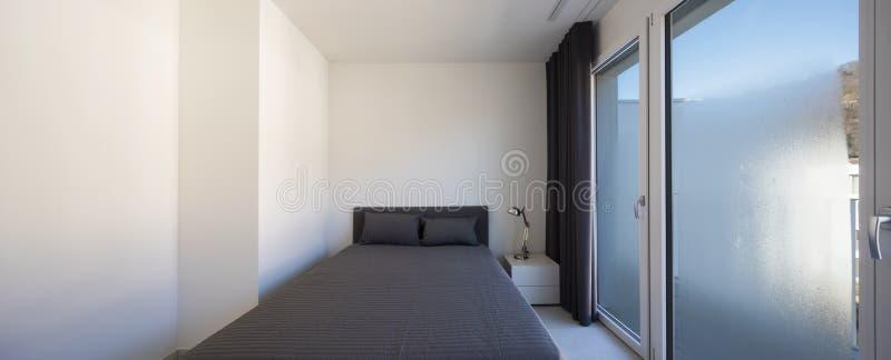 Großes Schlafzimmer in einer modernen Wohnung lizenzfreies stockfoto