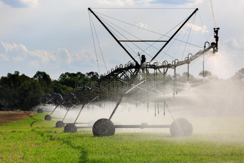 Großes seitliches Bewegungs-Bewässerungssystem lizenzfreie stockbilder