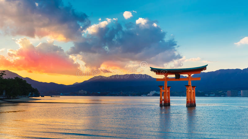 Großes sich hin- und herbewegendes Tor (O-Torii) auf Miyajima-Insel lizenzfreies stockbild