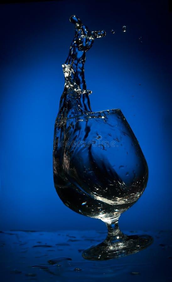 Großes Spritzen der Flüssigkeit in einem fallenden Glas