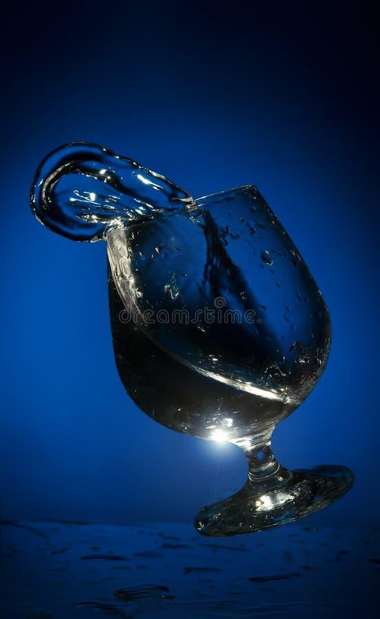 Großes Spritzen der Flüssigkeit in einem Glas
