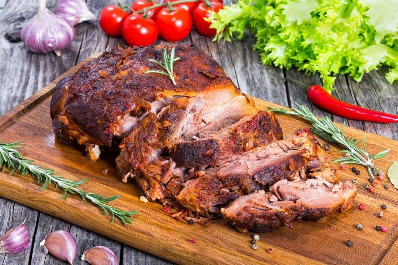 Großes Stück der langsamen gekochten Ofen-gegrillten gezogenen Schweineschulter lizenzfreies stockfoto