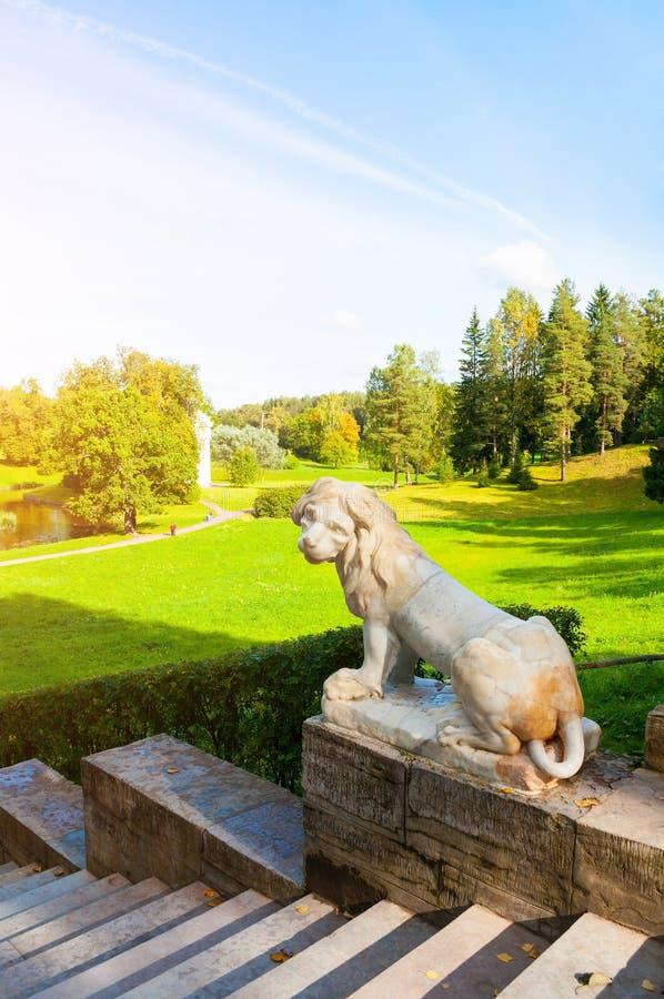 Gro?es Steintreppenhaus und Skulptur eines wei?en L?wes auf dem Sockel in Pavlovsk-Park, St- Petersburgregion, Russland lizenzfreie stockbilder