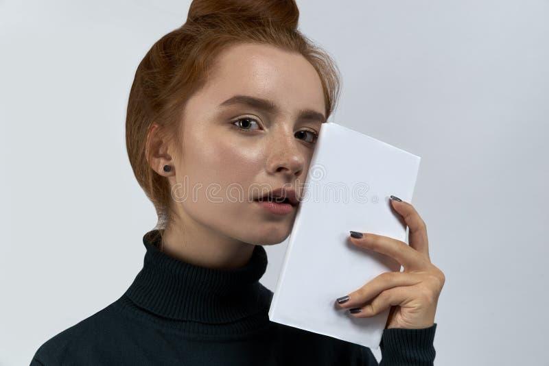Großes Studioporträt einer jungen attraktiven Mädchenfrau mit Rot stockbild