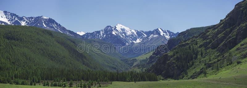 großes Tal in den Bergen stockfotos