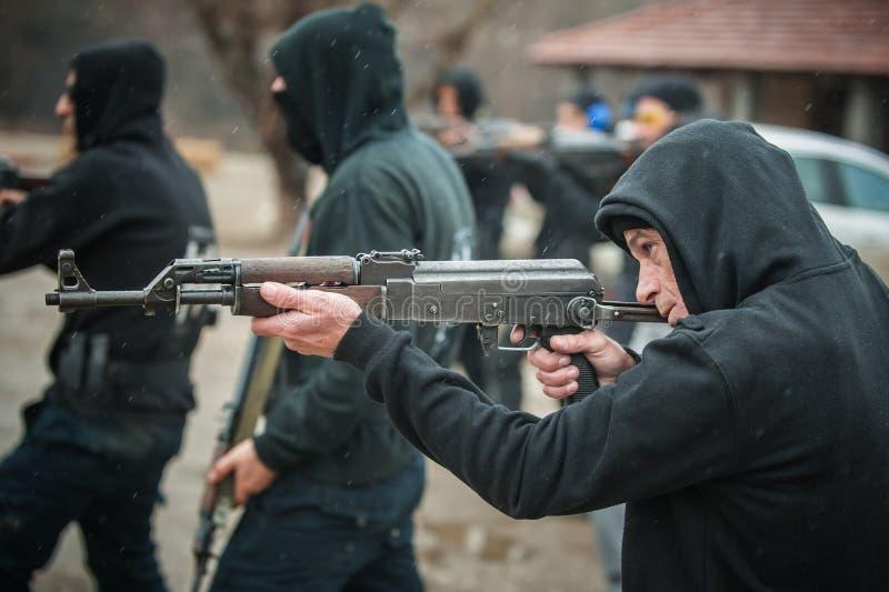Großes Teamaktionstraining mit Gewehrmaschinengewehr Schießstand lizenzfreies stockbild