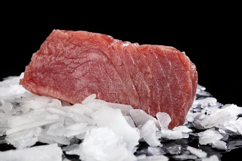 Großes Thunfischsteak auf Eis lizenzfreie stockfotos