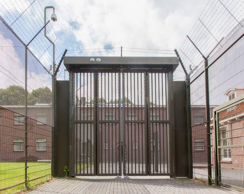 Großes Tor an einem alten Gefängnis stockfoto