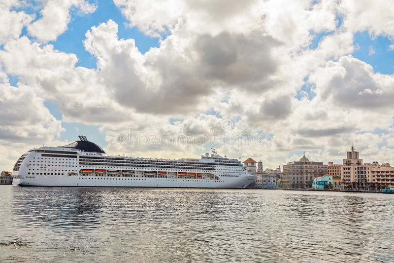 Großes touristisches Kreuzschiff angekoppelt im Hafen von Havana mit blauem Himmel lizenzfreie stockbilder