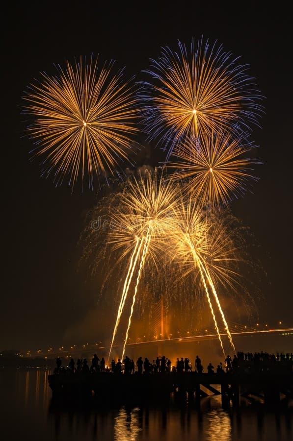 Großes und buntes Feuerwerk explodieren im bewölkten Himmel in der Feierzeit lizenzfreie stockbilder