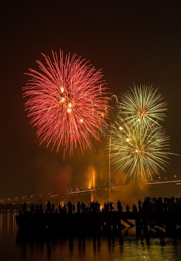 Großes und buntes Feuerwerk explodieren im bewölkten Himmel in der Feierzeit lizenzfreies stockfoto