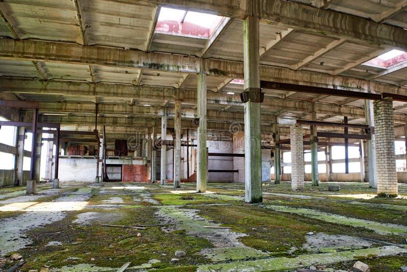 Großes verlassenes Industriegebäude, unfertiger Fabrikinnenraum stockbild