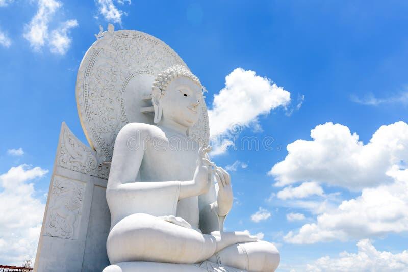 Großes weißes Buddha-Bild in Saraburi, Thailand lizenzfreie stockbilder