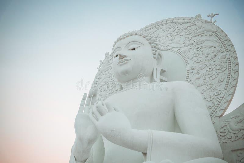 Großes weißes Buddha-Bild in Saraburi, Thailand lizenzfreie stockfotos