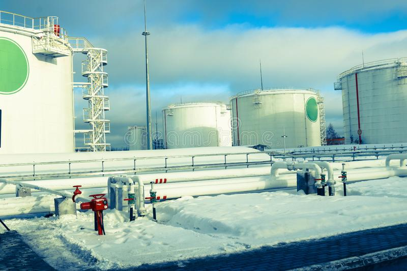 Großes weißes Eisenmetallindustrielle Behälter für Lagerung des Brennstoffs, des Benzins und des Diesels und der Rohrleitung mit  stockfotos