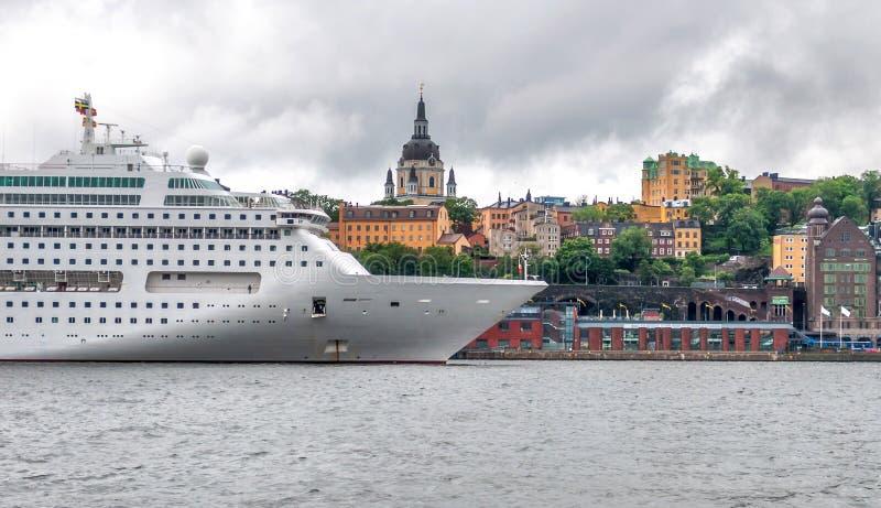 Großes weißes Kreuzfahrtschiff ist auf dem Pier gegen Stadtlinie, Stockholm, Schweden lizenzfreies stockbild