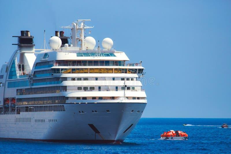 Großes weißes Kreuzfahrtschiffpassagierschiff auf dem Meer lizenzfreies stockbild