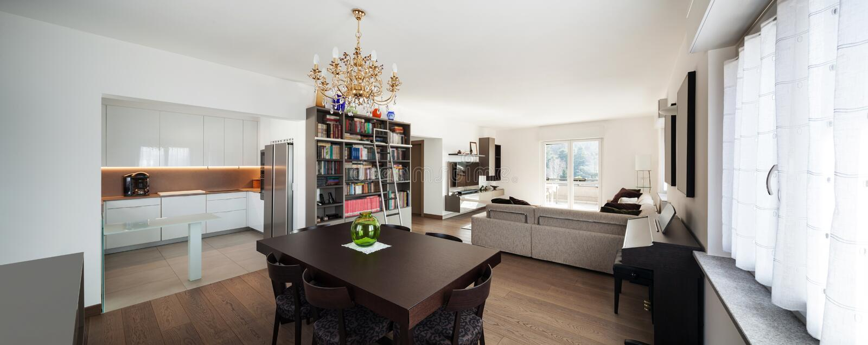 Großes Wohnzimmer mit dem Speisetische, Innen lizenzfreies stockfoto