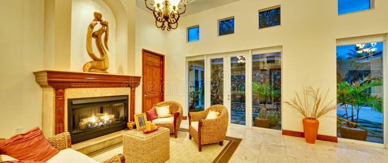 Großes Wohnzimmer mit Kamin lizenzfreie stockbilder