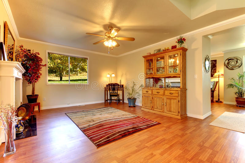 Großes Wohnzimmer Mit Massivholzboden Und Beige Wänden. Stockbild ...