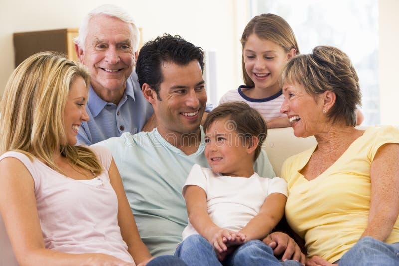 Großfamilie beim Wohnzimmerlächeln stockfotografie