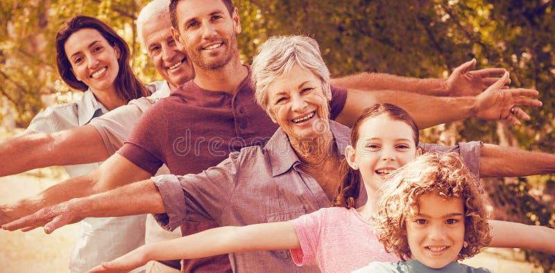 Großfamilie, die im Park lächelt stockfoto