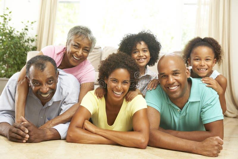 Großfamilie, die sich zu Hause zusammen entspannt lizenzfreies stockfoto