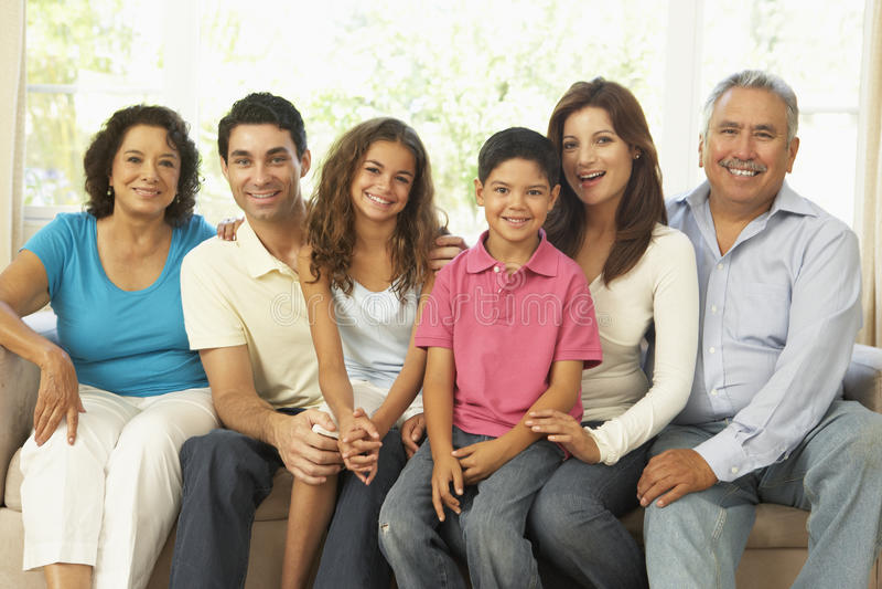 Großfamilie, die sich zu Hause zusammen entspannt lizenzfreies stockbild