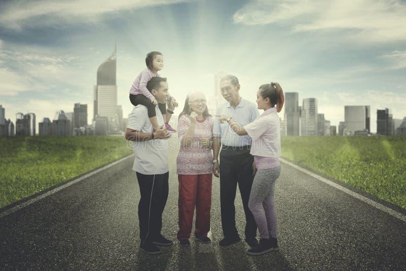 Großfamilie, die zusammen auf der Straße plaudert lizenzfreie stockbilder