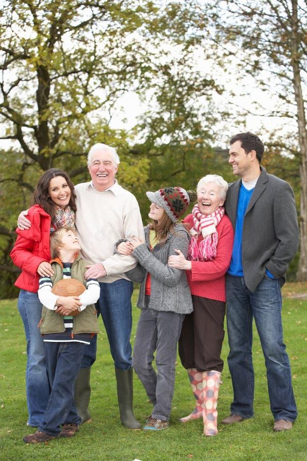 Großfamilie-Gruppe auf Weg durch Landschaft lizenzfreies stockbild