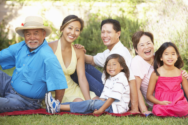 Großfamilie-Gruppe, die im Garten sich entspannt stockbilder