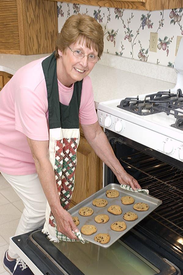 Großmutter-Backen-Plätzchen in der Küche stockbild