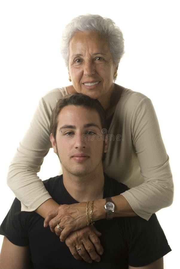 Großmutter, die ihren Enkel umarmt stockbild