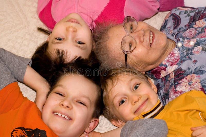Großmutter, die mit Kindern spielt stockfoto
