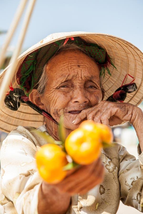 Großmutter, die Verkäuferinfrucht stockbilder