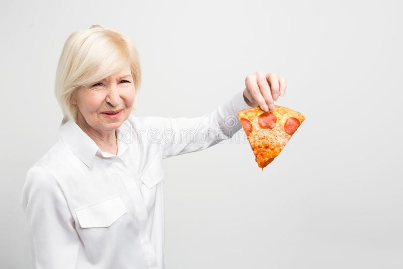 Großmutter doesn ` t mögen die Idee des Essens dieses Stückes Pizza, weil es nicht gut und für Menschen helthy ist lizenzfreie stockfotos