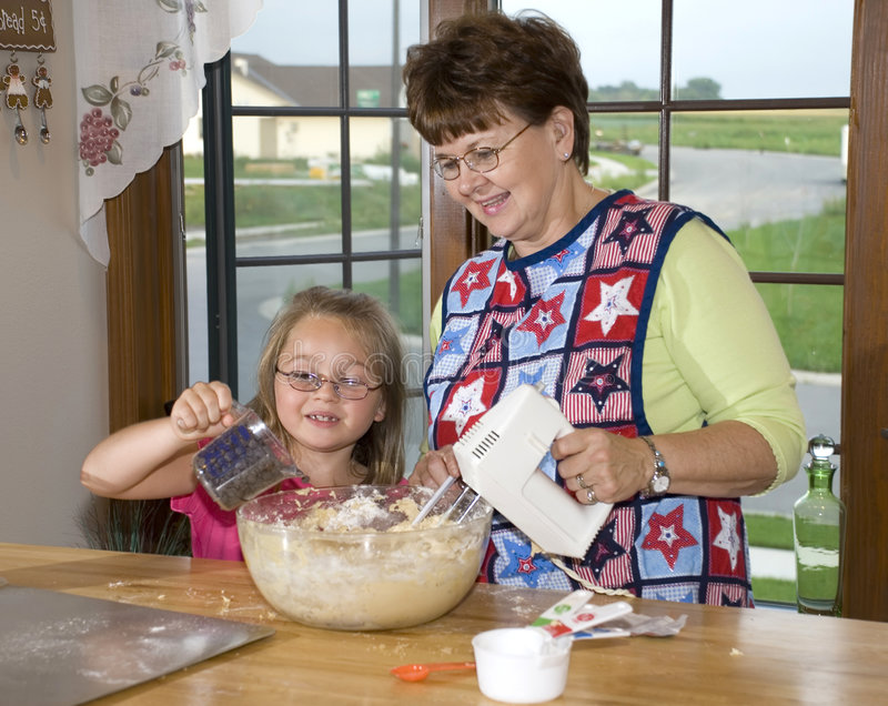 Großmutter hat einen Helfer lizenzfreies stockbild