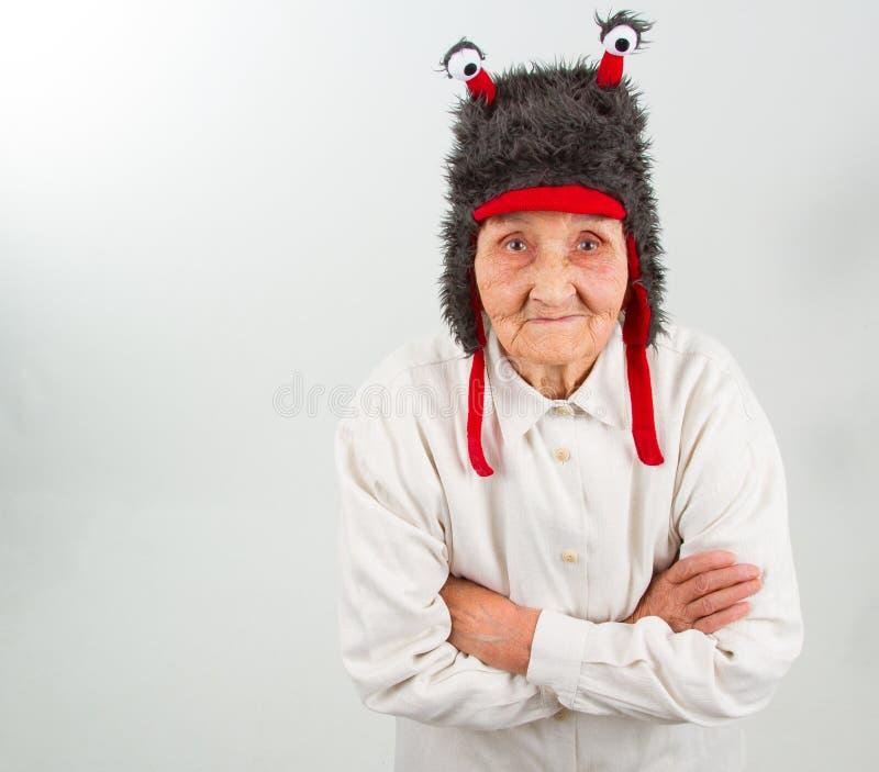 Großmutter im lustigen Hut lizenzfreies stockfoto