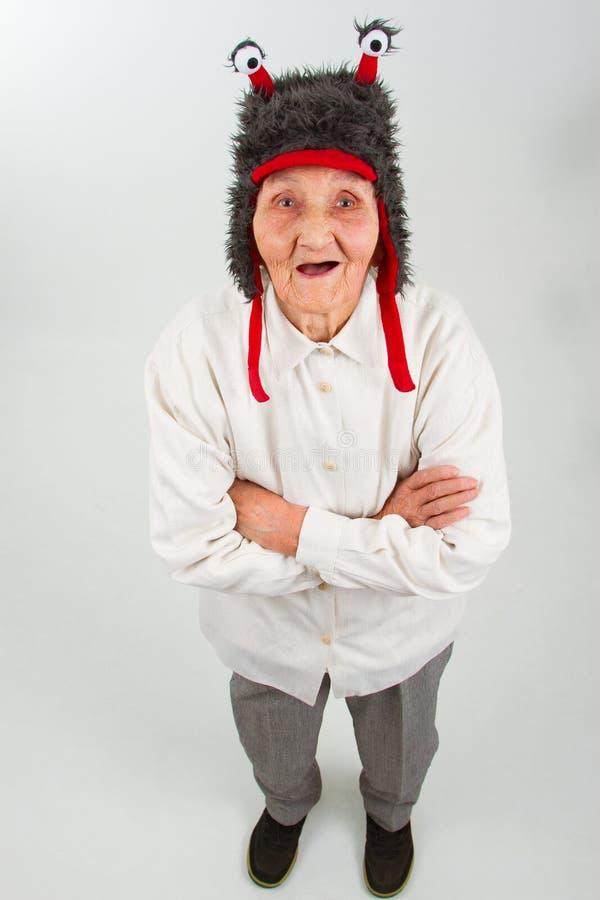 Großmutter im lustigen Hut lizenzfreie stockbilder