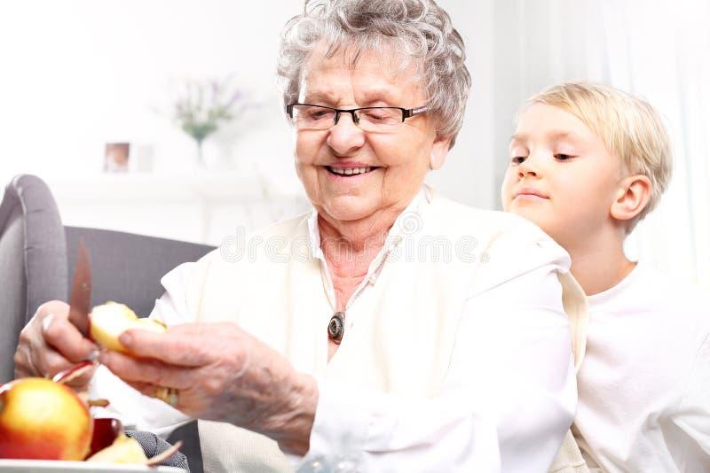 Großmutter kümmert sich das um Kind lizenzfreie stockfotos