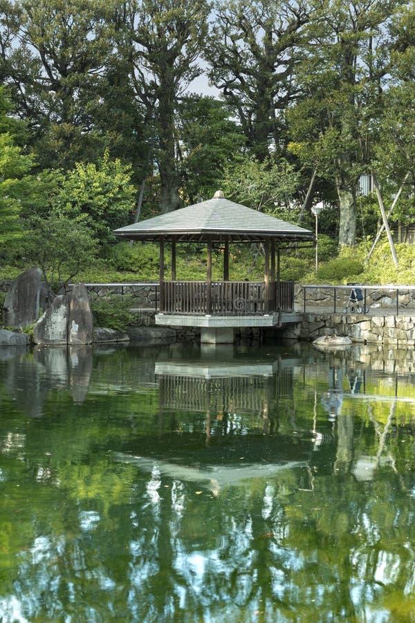 Großmutter kam für das obon Festival zurück, das das spir ehrt stockbilder