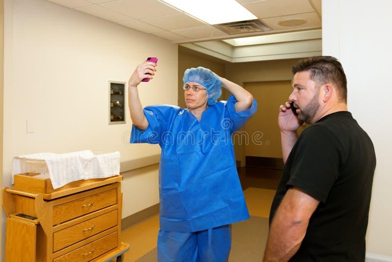 Großmutter-Krankenhaus Selfie lizenzfreie stockbilder