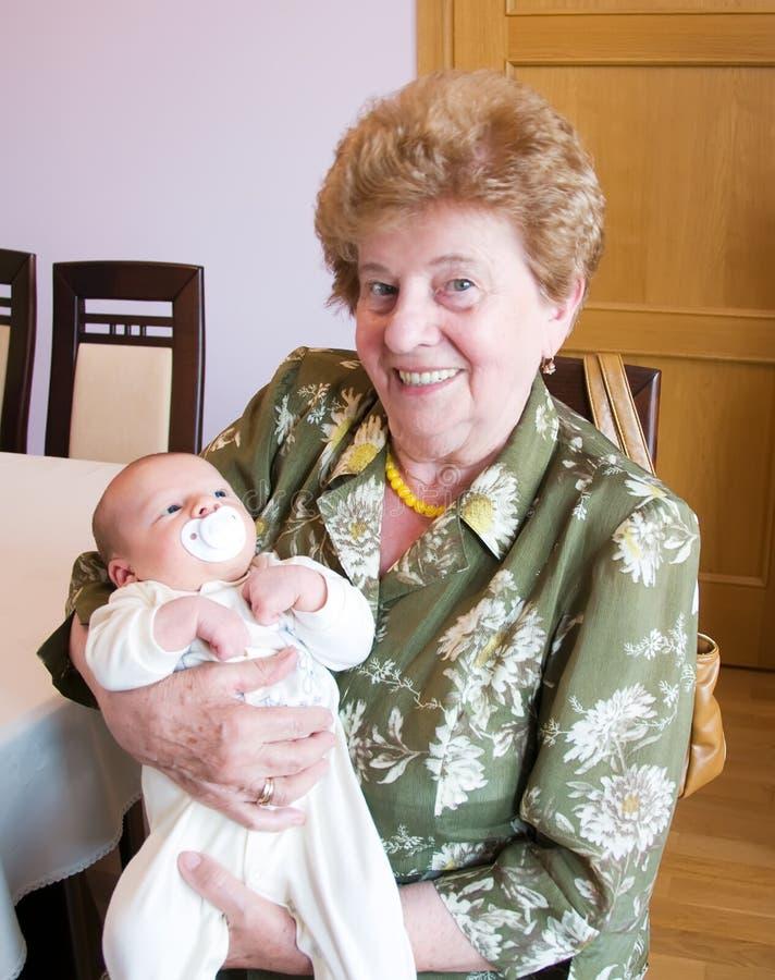 Großmutter mit Enkel lizenzfreie stockfotografie