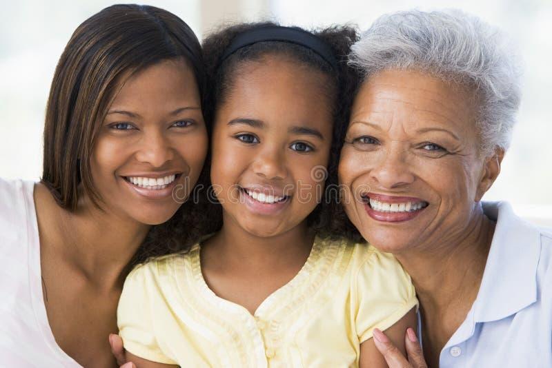 Großmutter mit erwachsener Tochter und Enkelkind stockfotografie