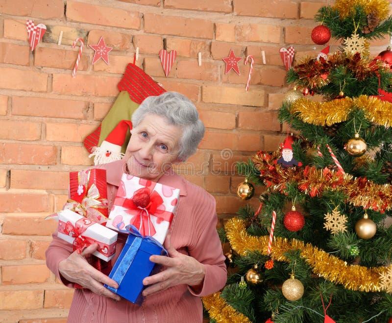 Großmutter mit Geschenken stockfotografie