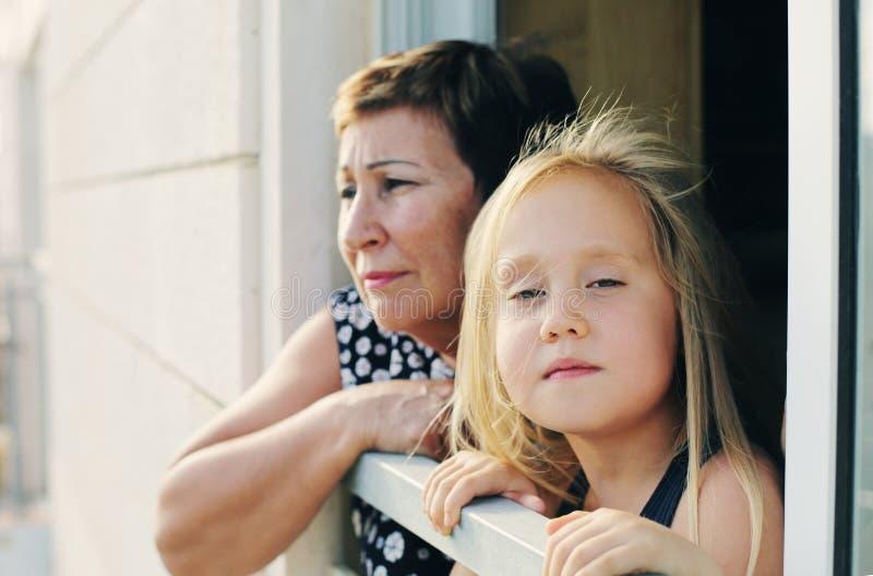 Großmutter mit ihrem Enkelkind lizenzfreies stockbild