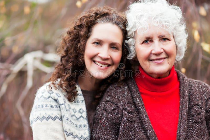 Großmutter mit ihrer Tochter lizenzfreies stockbild