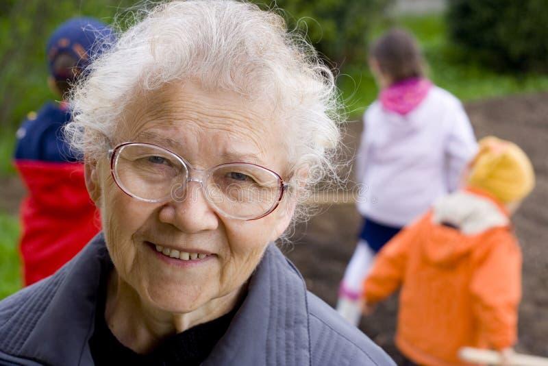 Großmutter mit Kindern lizenzfreies stockbild